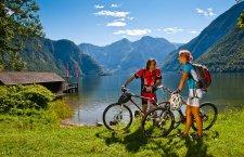 ©OÖ.Tourismus/Erber | Mountainbikeurlaub im Salzkammergut: Mountainbiken auf dem Ostuferradwanderweg entlang des Hallstättersees in der UNESCO Welterberegion Hallstatt Dachstein Salzkammergut.