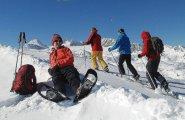 Winterurlaub im Salzkammergut: Schneeschuhwandern auf dem Krippenstein in Obertraun am Hallstaättersee -  Snowshoeing on Lake Hallstatt