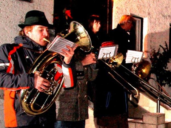 © Perstl   Neujahrsblasen der Ortsmusikkapelle Obertraun von Haus zu Haus