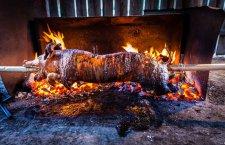 Essen & Trinken im Salzkammergut: Spanferkelgrillen beim Brandwirt in Gosau