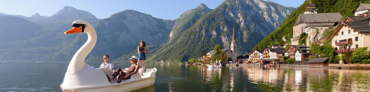 Boat hire on the lake promenade in Hallstatt - © Fallnhauser