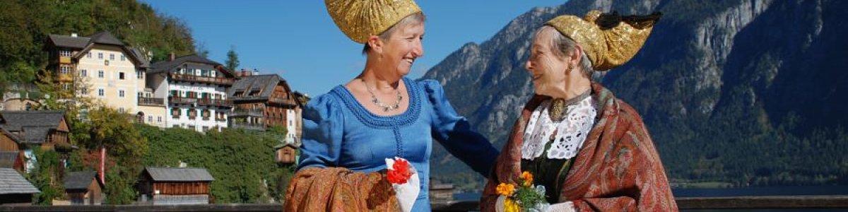 Ehemaliger traditioneller Kopfschmuck an Fest und Feiertagen – die Goldhaube. - © Kraft