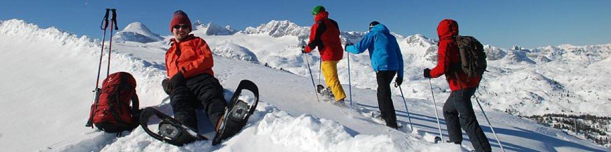 Flockiger Pulverschnee trifft strahlend blauen Himmel beim Schneeschuhwandern in Obertraun - © Kraft