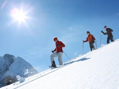 © OÖ.Tourismus/Röbl |  Winterurlaub im Salzkammergut: Schneeschuhwanderung auf der Zwieselalm in Gosau