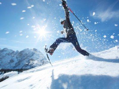 © OÖ.Tourismus/Röbl | Winterurlaub in Gosau: Schneeschuhwandern im Salzkammergut